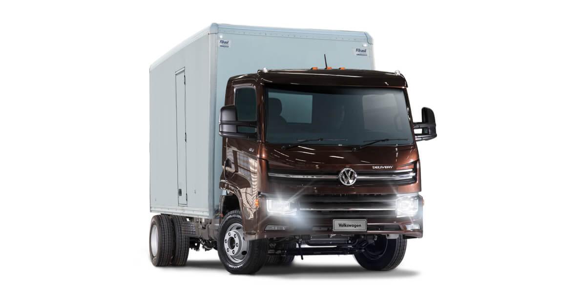 Camión Volkswagen Delivery color marrón con caja seca sobre fondo blanco